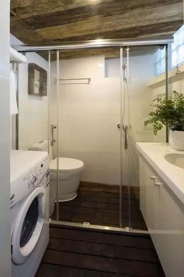 Phòng tắm được bố trí gọn gàng với vách ngăn kính hiện đại.
