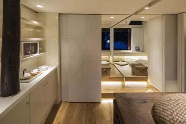 Bếp với phòng khách được ngăn cách bằng vách trượt vừa tiết kiệm không gian vừa đem lại tính thẩm mỹ cao.