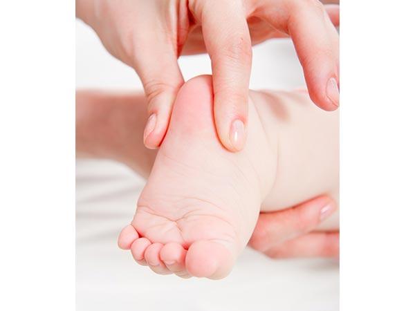 Nhấn vào hai điểm này trên chân, trẻ quấy khóc cỡ nào cũng nín ngay tức khắc - Ảnh 3.