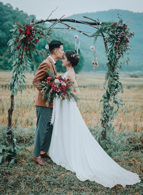 Có gì trong lễ cưới bí mật đẹp thoát tục của cặp đôi Việt được báo Tây ca ngợi hết lời - Ảnh 1.