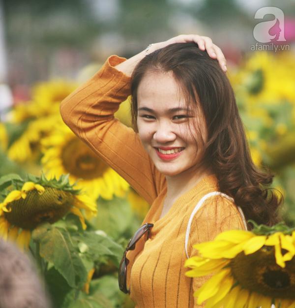 Các thiếu nữ hào hứng khoe sắc xinh đẹp cùng cánh đồng hoa hướng dương rực rỡ - Ảnh 3.