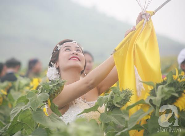 Các thiếu nữ hào hứng khoe sắc xinh đẹp cùng cánh đồng hoa hướng dương rực rỡ - Ảnh 12.