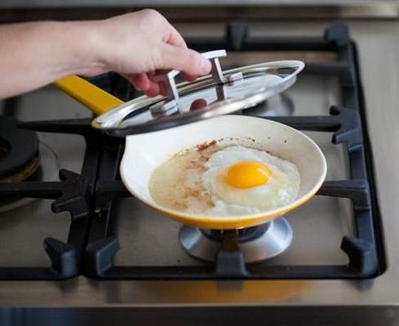 Trứng ốp la muốn ngon và đẹp như nhà hàng phải chiên thế này mới đúng - Ảnh 2.