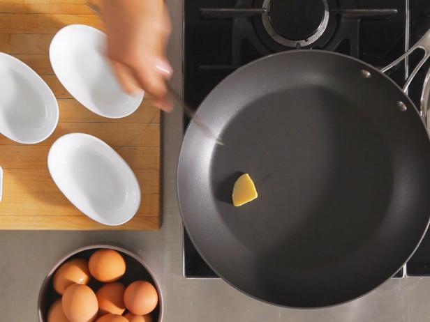 Trứng ốp la muốn ngon và đẹp như nhà hàng phải chiên thế này mới đúng - Ảnh 5.