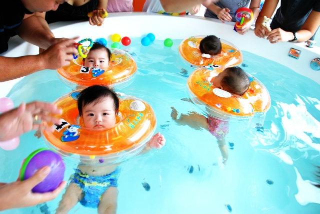 Phao đỡ cổ cho trẻ tập bơi - tưởng hữu ích mà ẩn chứa nhiều rủi ro không ngờ - Ảnh 1.