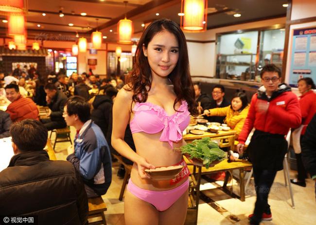 Nhà hàng lẩu gây chú ý khi dùng người mẫu mặc bikini tiếp đồ ăn cho khách giữa ngày đông giá rét - Ảnh 1.