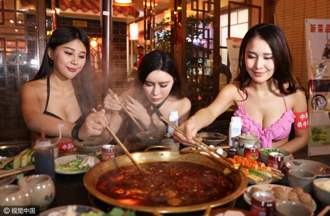 Nhà hàng lẩu gây chú ý khi dùng người mẫu mặc bikini tiếp đồ ăn cho khách giữa ngày đông giá rét - Ảnh 2.