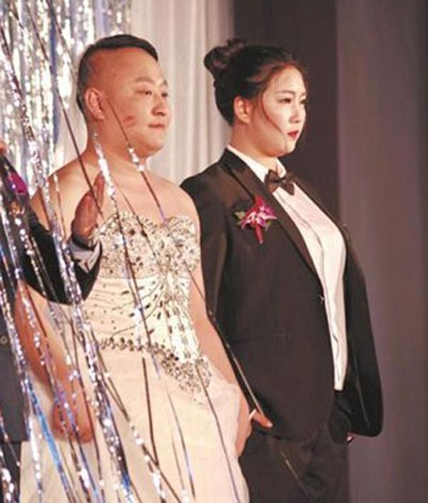 Trung Quốc: Cô dâu bắt chú rể mặc váy cưới vì... ngượng khi quá béo - Ảnh 1.