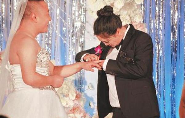 Trung Quốc: Cô dâu bắt chú rể mặc váy cưới vì... ngượng khi quá béo - Ảnh 2.