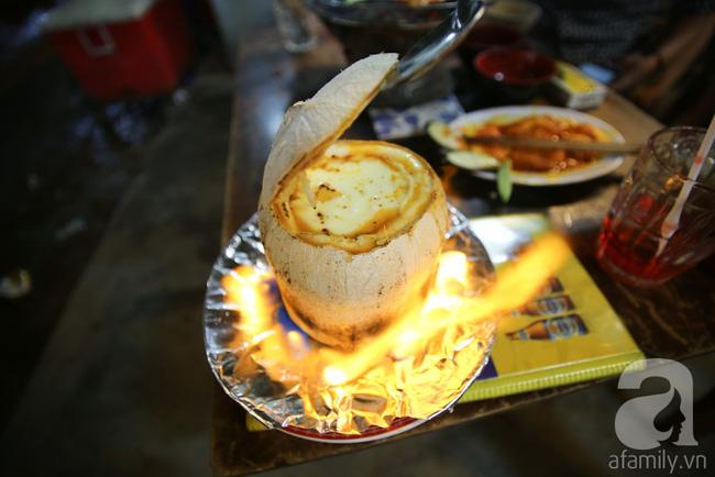 Dừa hỏa diệm sơn - món ăn vừa xuất hiện đã hứa hẹn gây bão ở Sài Gòn - Ảnh 1.