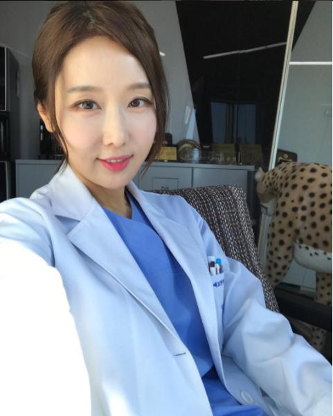 Nhan sắc của nữ bác sĩ nha khoa U50 trẻ và xinh như hot girl - Ảnh 2.