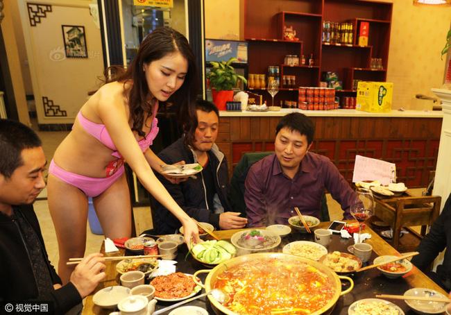Nhà hàng lẩu gây chú ý khi dùng người mẫu mặc bikini tiếp đồ ăn cho khách giữa ngày đông giá rét - Ảnh 9.