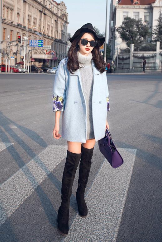 Bạn nên chọn kiểu áo len dáng dài và rộng rãi một chút, để bổ sung cho đôi boot cao cổ ôm sát chân