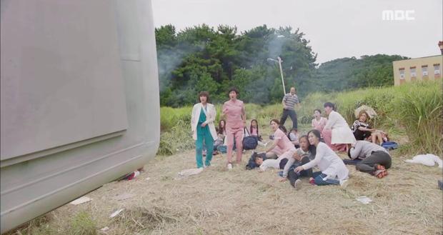 Nữ hoàng băng giá Ha Ji Won cuối cùng cũng ngoan ngoãn để trai đẹp ôm vào lòng - Ảnh 4.
