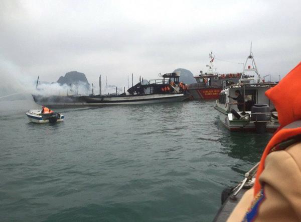 Quảng Ninh: cháy tàu du lịch, 21 người may mắn thoát chết