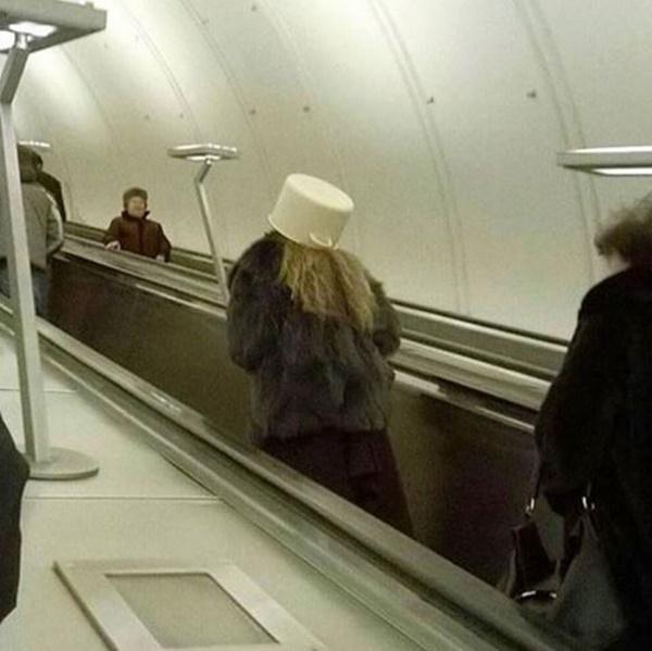 Nếu không muốn trở thành trò cười cho thiên hạ chớ diện đồ kiểu này đi phương tiện công cộng - Ảnh 2.