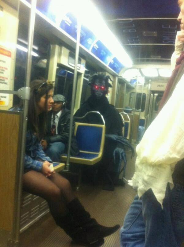 Nếu không muốn trở thành trò cười cho thiên hạ chớ diện đồ kiểu này đi phương tiện công cộng - Ảnh 6.