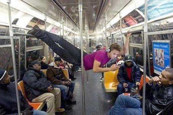Nếu không muốn trở thành trò cười cho thiên hạ chớ diện đồ kiểu này đi phương tiện công cộng - Ảnh 18.