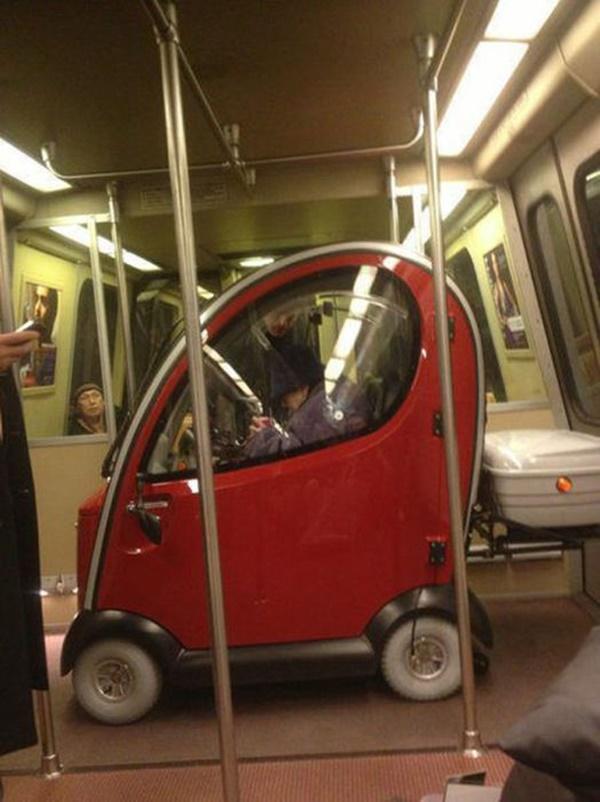 Nếu không muốn trở thành trò cười cho thiên hạ chớ diện đồ kiểu này đi phương tiện công cộng - Ảnh 21.