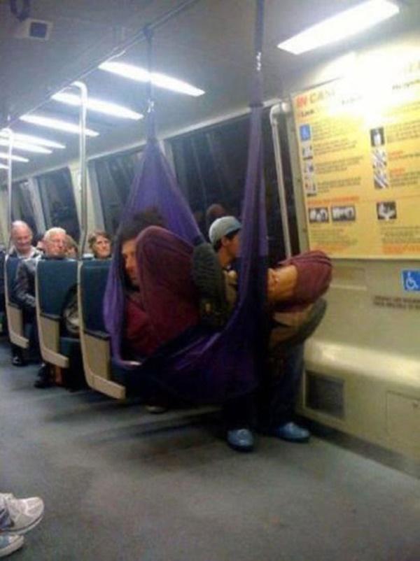 Nếu không muốn trở thành trò cười cho thiên hạ chớ diện đồ kiểu này đi phương tiện công cộng - Ảnh 22.