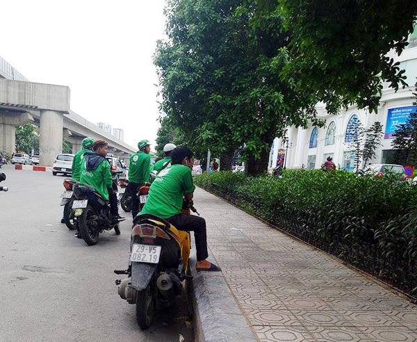 Hà Nội: Cho rằng bị tranh khách, xe ôm truyền thống dùng gậy đuổi đánh xe ôm grab - Ảnh 5.