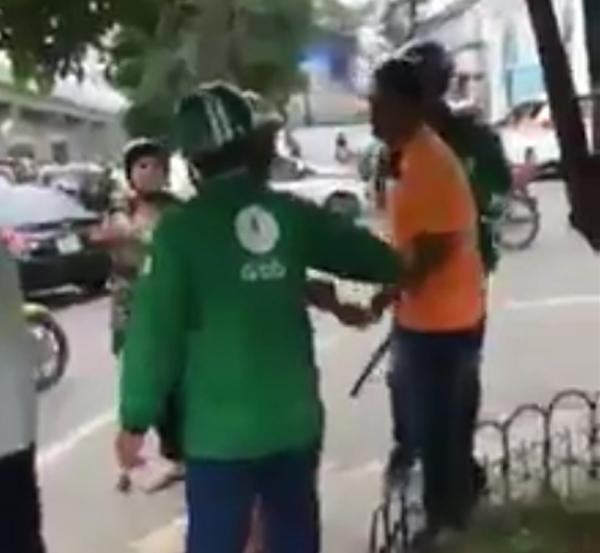 Hà Nội: Cho rằng bị tranh khách, xe ôm truyền thống dùng gậy đuổi đánh xe ôm grab - Ảnh 2.
