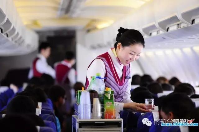 (Dân trí) - Cách cư xử chu đáo và văn minh của một nữ tiếp viên hàng không người Nhật Bản khiến hành khách trên chuyến bay nghẹn lòng vì cảm động.