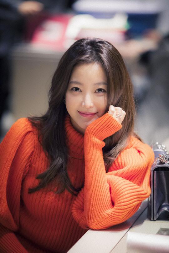 Mỹ nhân không tuổi Kim Hee Sun dát hàng hiệu không đếm xuể trong Phẩm chất quý cô - Ảnh 1.