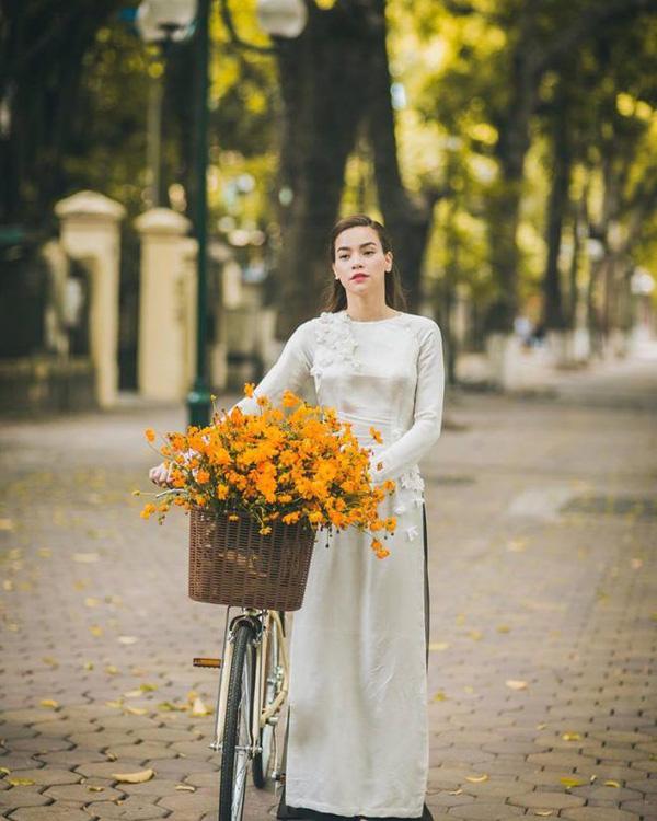 Không gì Tết hơn việc khoe dáng trong những thiết kế áo dài thướt tha dạo phố đầu Xuân - Ảnh 6.