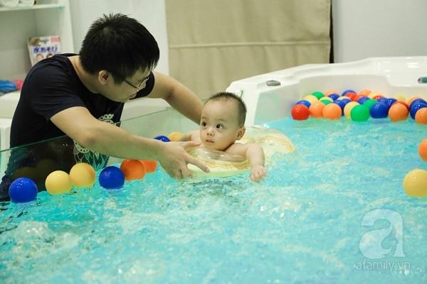 Đột nhập trung tâm mát-xa dưới nước cho trẻ sơ sinh xem các bé bơi nổi từ 5 tuần tuổi - Ảnh 4.