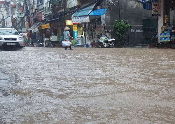 Ảnh hưởng của hoàn lưu bão số 2, Hà Nội mưa lớn, nhiều khu phố đã bị ngập - Ảnh 1.