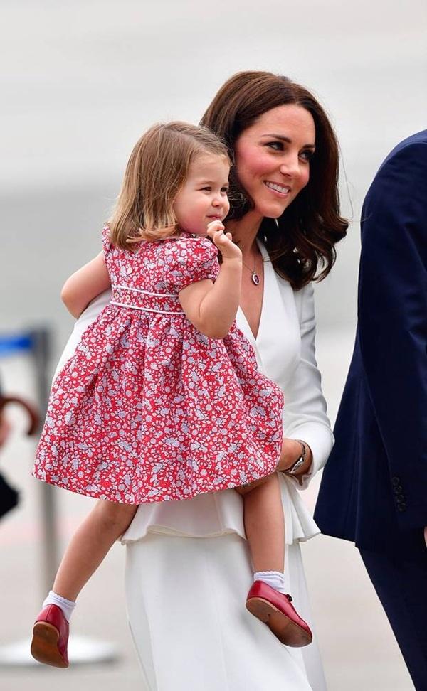 Hoàng tử và Công chúa nhà Kate thỉnh thoảng còn diện lại đồ của bố William hay chú Harry từng mặc 30 năm trước - Ảnh 1.