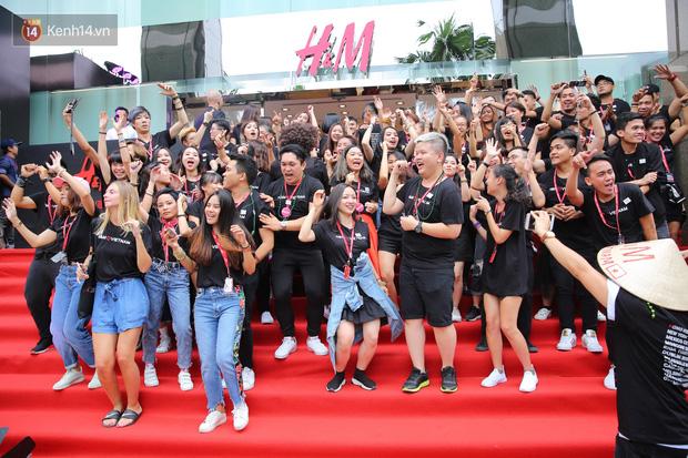 H&M Việt Nam đã chính thức mở cửa đón khách, dân tình xếp hàng chờ vào mua ra tới tận ngoài đường - Ảnh 15.