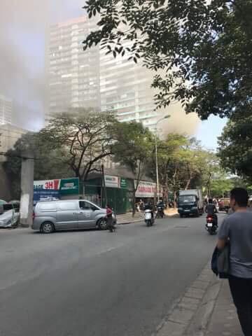 Hà Nội: Cháy lớn ở garage ô tô trên đường Ngụy Như Kon Tum, khói đen bốc lên nghi ngút, từ xa cũng nhìn thấy - Ảnh 1.