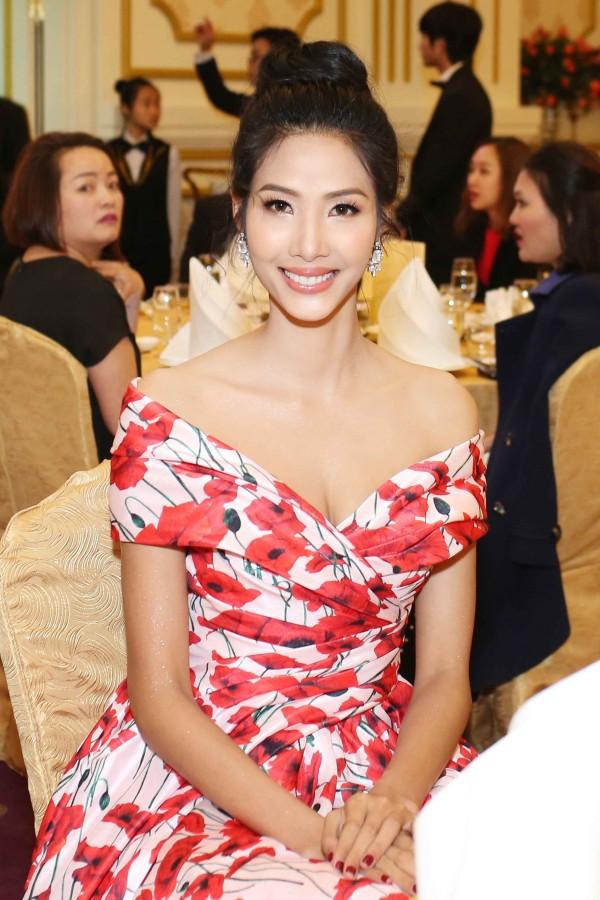 Lần đầu tiên thấy Hoàng Thùy diện váy hoa điệu đà và trang điểm nhẹ nhàng nữ tính thế này - Ảnh 2.