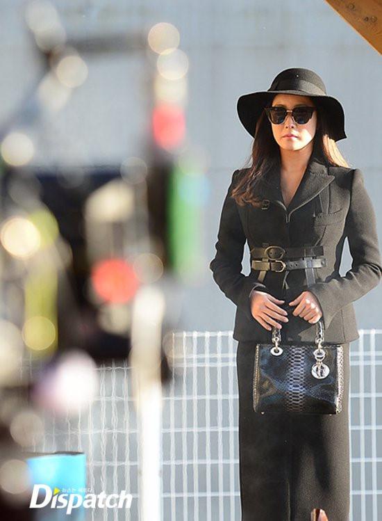 Mỹ nhân không tuổi Kim Hee Sun dát hàng hiệu không đếm xuể trong Phẩm chất quý cô - Ảnh 11.