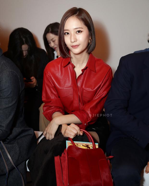 Nối gót Yoona, Krystal cũng cắt tóc ngắn, xuất hiện cực sang chảnh tại Tuần lễ thời trang Milan - Ảnh 1.