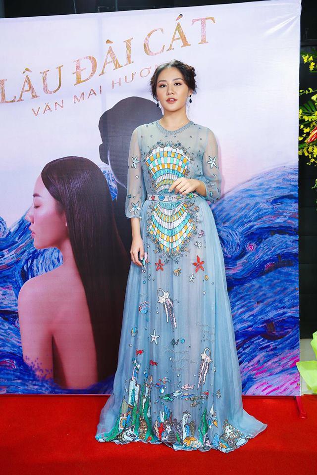 Đụng hàng váy với Hoa hậu Đỗ Mỹ Linh, nhưng Văn Mai Hương lại già hơn hẳn vì chọn nhầm phụ kiện kiểu... quý bà - Ảnh 3.