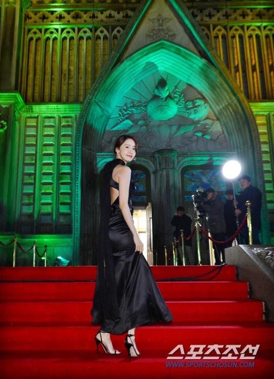 Yoona sụt giảm phong độ nữ thần với bộ đầm như nuốt chửng vòng eo - Ảnh 6.
