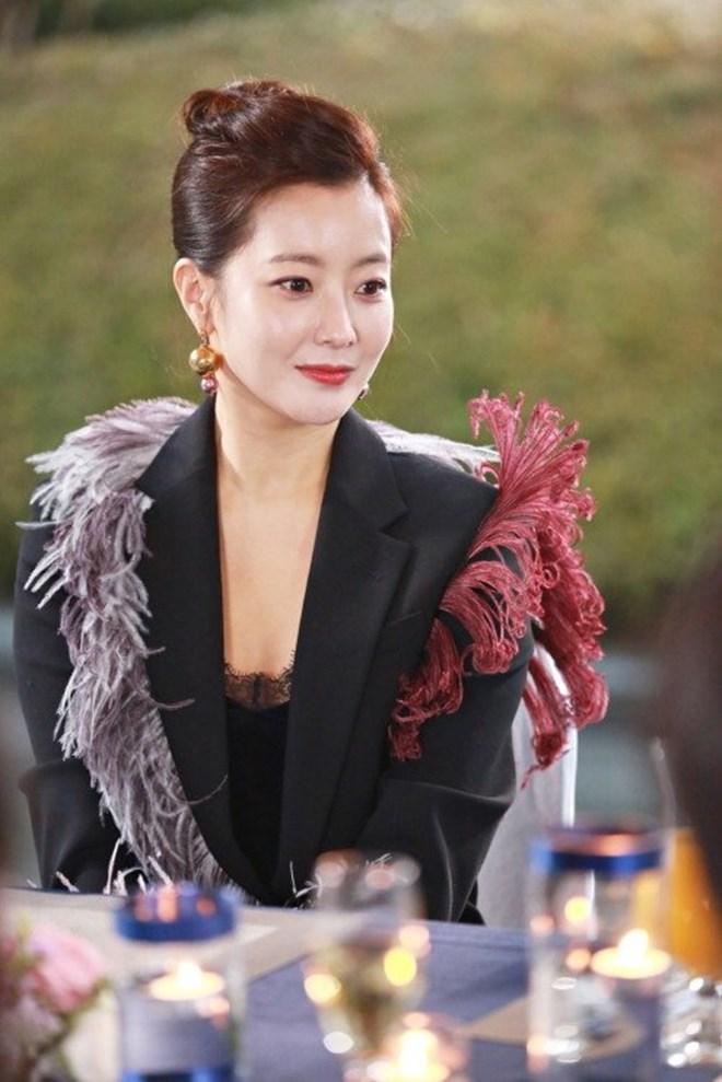Mỹ nhân không tuổi Kim Hee Sun dát hàng hiệu không đếm xuể trong Phẩm chất quý cô - Ảnh 13.