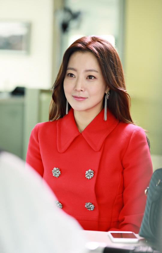 Mỹ nhân không tuổi Kim Hee Sun dát hàng hiệu không đếm xuể trong Phẩm chất quý cô - Ảnh 2.