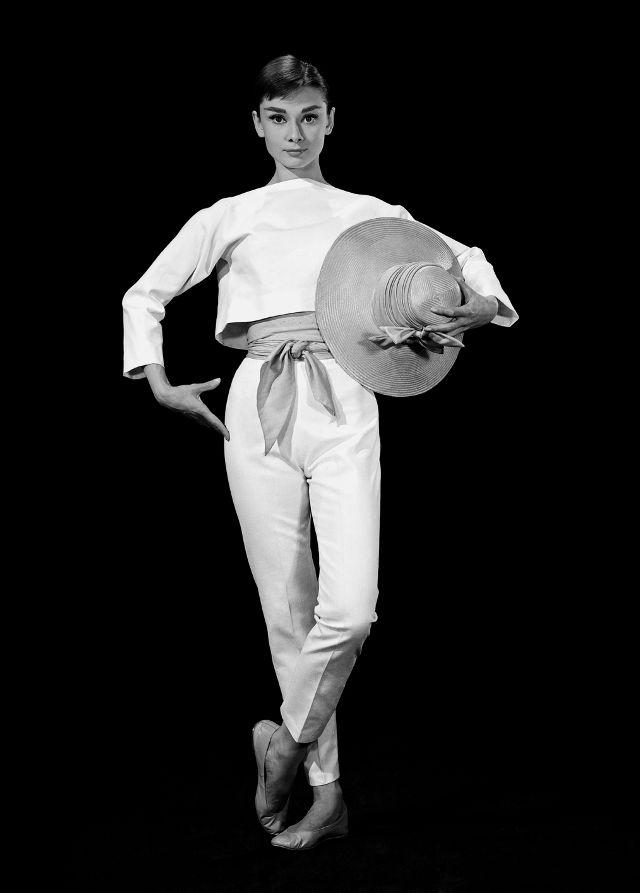 Đến Audrey Hepburn - biểu tượng thời trang bất hủ mọi thời đại, cũng trung thành với giày bệt xinh xắn - Ảnh 7.