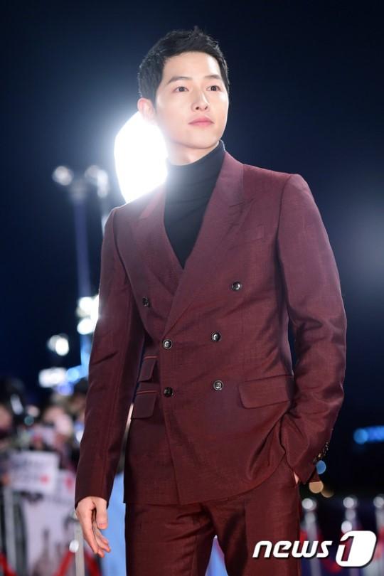 Song Joong Ki đẹp từ thần thái đến phong cách thế này, hạ gục được Song Hye Kyo cũng là điều hiển nhiên - Ảnh 6.