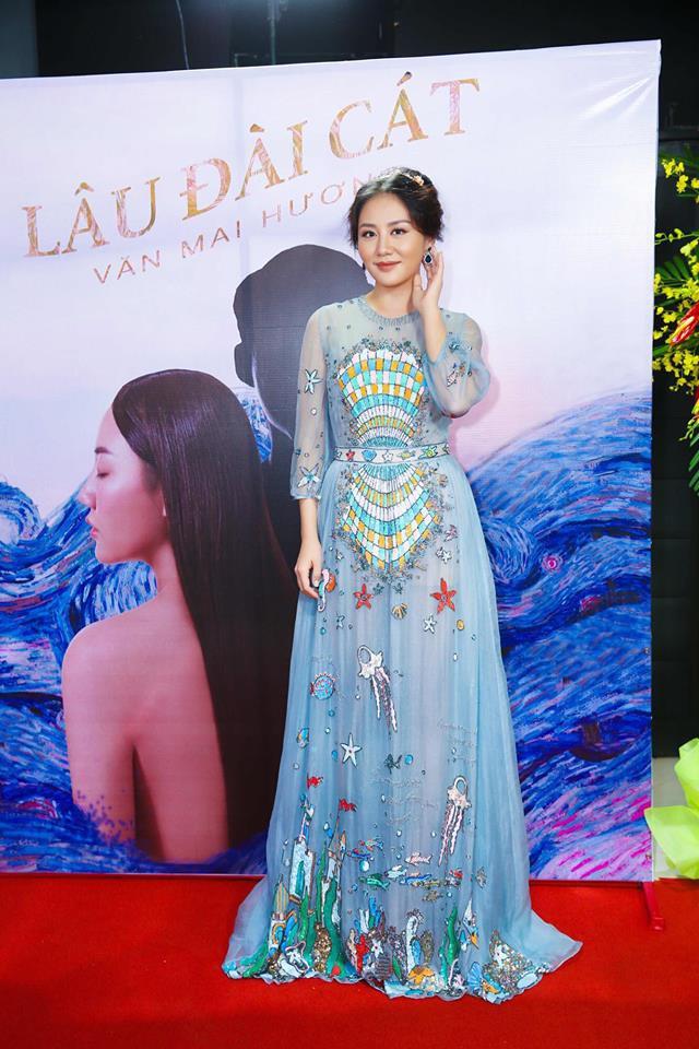 Đụng hàng váy với Hoa hậu Đỗ Mỹ Linh, nhưng Văn Mai Hương lại già hơn hẳn vì chọn nhầm phụ kiện kiểu... quý bà - Ảnh 1.