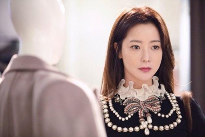 Mỹ nhân không tuổi Kim Hee Sun dát hàng hiệu không đếm xuể trong Phẩm chất quý cô - Ảnh 4.