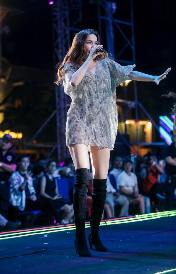 Từ khi yêu Kim Lý, trang phục biểu diễn của Hồ Ngọc Hà kín đáo và tinh tế hơn hẳn - Ảnh 12.