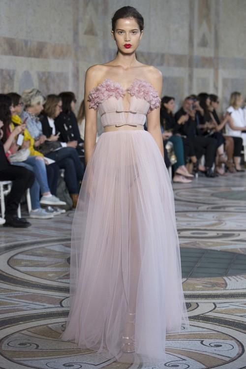 Năm 2017, Ngọc Trinh xứng đáng là Nữ hoàng váy nhái của showbiz Việt - Ảnh 2.