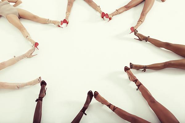Ông hoàng giày đế đỏ Christian Louboutin lại tung mẫu sandals nude bất chấp mọi khoảng cách về màu da - Ảnh 7.