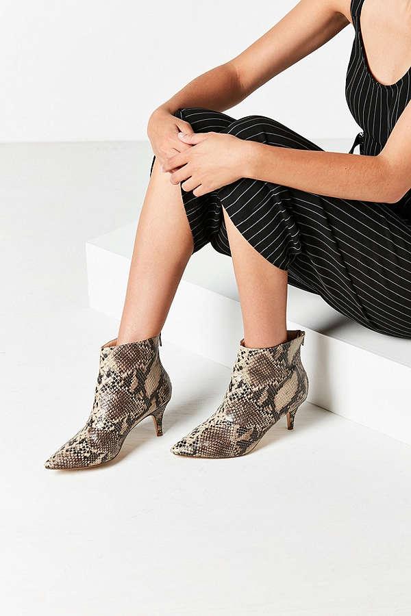 Boots đế ngắn tin hin - thiết kế không thể bỏ qua khi vào mùa trời đang nắng bỗng nhiên mưa rào  - Ảnh 5.