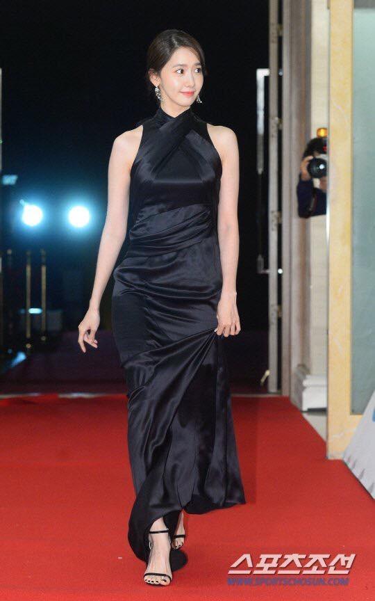 Yoona sụt giảm phong độ nữ thần với bộ đầm như nuốt chửng vòng eo - Ảnh 2.